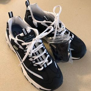 """SKECHERS """"Life Saver"""" Sneakers with extra laces."""